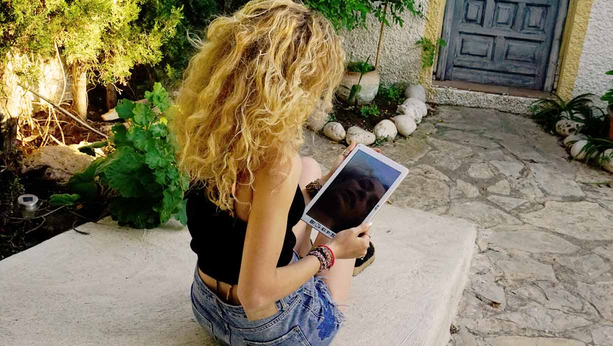 Paula Dalli disfruta de su tablet Heaven